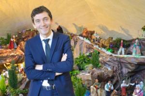 Buergermeister Julien Sanchez von Beaucaire vor seiner Weihnachtskrippe
