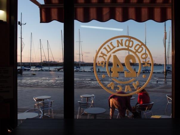 """Am Hafen von Yalta werden auch in naher Zukunft keine Reiseschiffe aus dem """"Westen"""" mehr anlegen. Hier ein Blick aus einem Cafe, morgens bei Sonnenaufgang am Hafen von Yalta."""