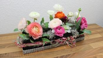 Frühlingsdeko Tischdekoration mit schwarzer Steckmasse und Ranunkeln Floristik Anleitung