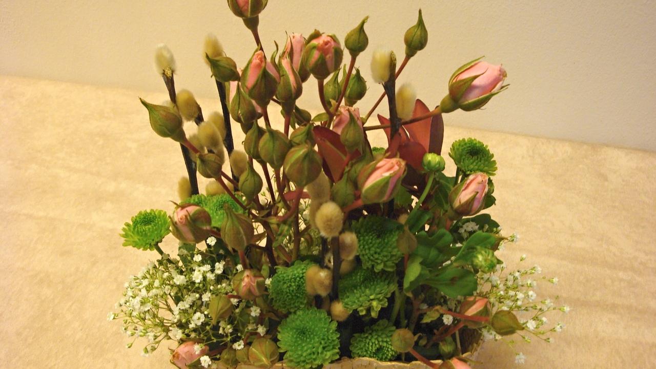 Blumengesteck mit Rosen und Naturmaterialien